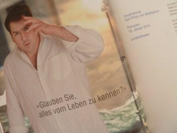 """Ankündigung von """"Die Pest"""" im Spielzeitheft 2013/14 des Landestheaters Salzburg."""