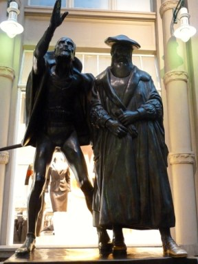 """Bronzestandbild """"Mephisto und Faust"""" von Mathieu Molitor vor Auerbachs Keller in Leipzig. ©Foto: skr"""