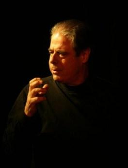 """Jean-Paul Schintu spricht und spielt """"Le Premier Homme"""". Foto: Veranstalter"""