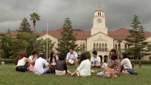 Filmszene: Literaturprofessor Hiroki Toura spricht mit Studenten über Camus.