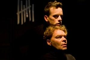 """Richard Hucke (vorn) und Frank Musekamp in """"Der Fremde"""" am Euro Theater Bonn. ©Foto: Alexandra Wolkowicz"""
