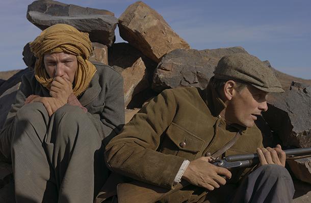 """Viggo Mortensen (rechts) als Daru und Reda Kateb (links) als Mohammed in David Oelhoffens Camus-Adaption """"Loin des Hommes"""". ©Foto: allocine.fr"""