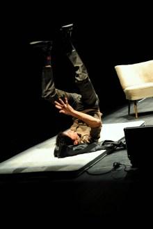 """Szene aus der Bühnenadaption des Frings-Ensembles von """"Die Pest"""". Andreas Meininger spielt alle Rollen.©Foto: Lilian Szokody"""