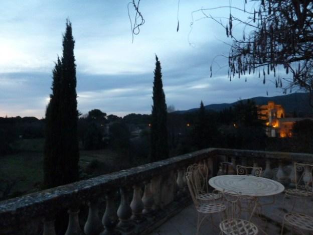 Ein magischer Moment: Der Blick von Camus' Terrasse zur blauen Stunde... ©Foto: Anne-Kathrin Reif