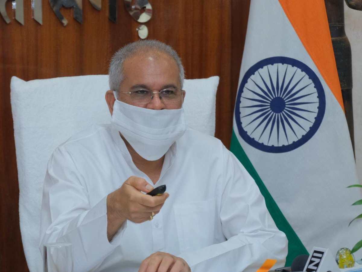 मुख्यमंत्री श्री भूपेश बघेल ने अंतर्राष्ट्रीय धूम्रपान निषेध दिवस के अवसर पर आज यहां अपने निवास कार्यालय से वीडियो कांफ्रेंसिंग के जरिए वर्चुअल योगाभ्यास
