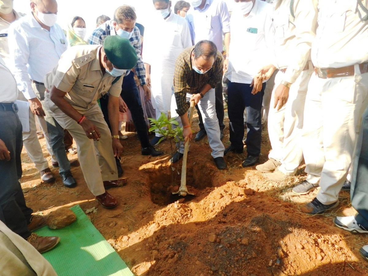 सूरजपुर : कलेक्टर डाॅ. गौरव कुमार सिंह ने मुख्यमंत्री वृक्षारोपण प्रोत्साहन योजना के तहत ग्राम उमापुर में किया वृक्षारोपण