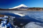 割れ氷と逆さ富士