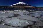 割れ氷と富士山