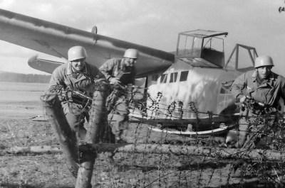 Een geposeerde foto met Fallschirmjäger en DFS 230 zwever.