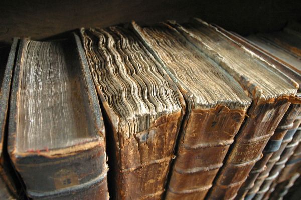 1024px-Old_book_bindings