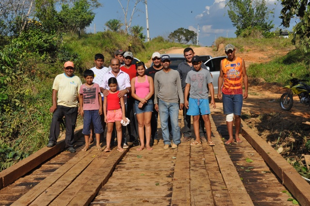 Everaldo Gomes não mediu esforços e ajudou pessoalmente na construção da ponte de 12 metros