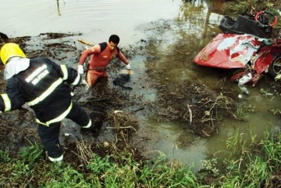 Bombeiros foram chamados para retirar o carro da água na manhã de domingo  (Foto: Divulgação/PMRv)