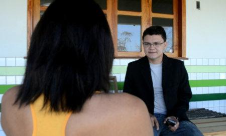Camila e o jornalista Gilberto Moura durante a entrevista