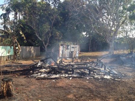 Homem toca fogo em sua  casa