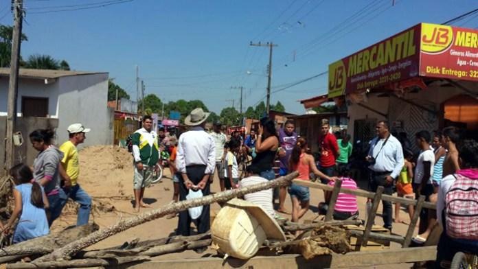 Moradores do Taquari fecham acesso ao bairro