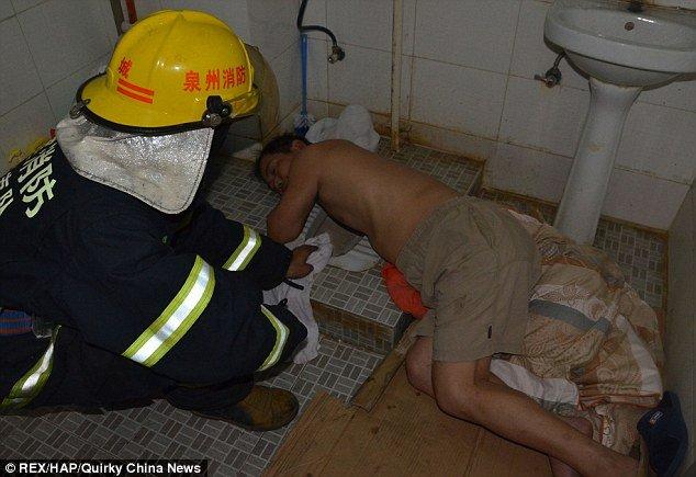 Sanitário, ficou com a mão presa no local e precisou de ajuda dos bombeiros para se libertar.