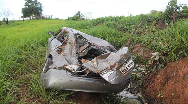 Carro ficou destruído após cair no barranco – Foto: Alexandre Lima