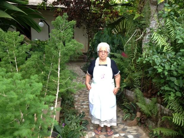Gisalda Mariano tem variedade de pantas e árvores no quintal de casa (Foto: Genival Moura/G1)