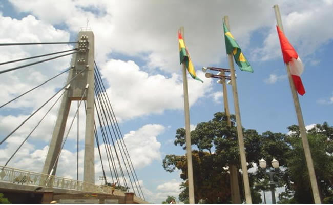 Divisa entre o Brasil e a Bolívia na cidade de Brasiléia no estado do Acre.