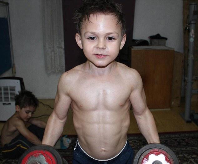 Giuliano Stroe se tornou o menino mais forte do mundo