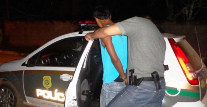 Um dos acusados no momento em que foi preso pela Polícia/Foto: PC