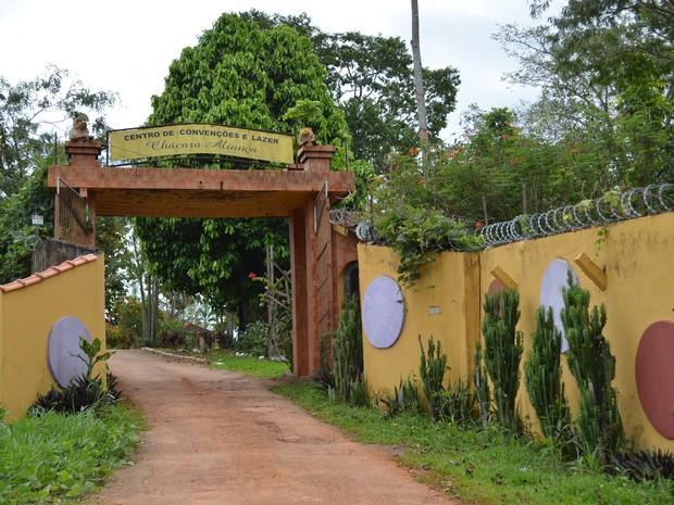 Entrada de chácara, localizada na estrada do Irineu Serra, em Rio Branco (Foto: Rayssa Natani/ G1)