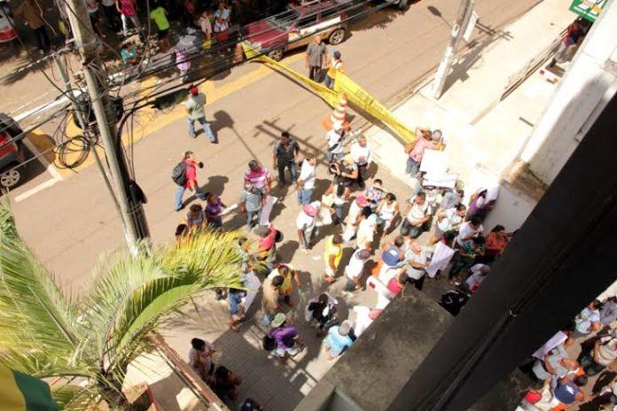 Manifestantes bloqueiam a entrada da garagem da Aleac, impedindo que deputados deixem o prédio/Foto: Ascom Aleac