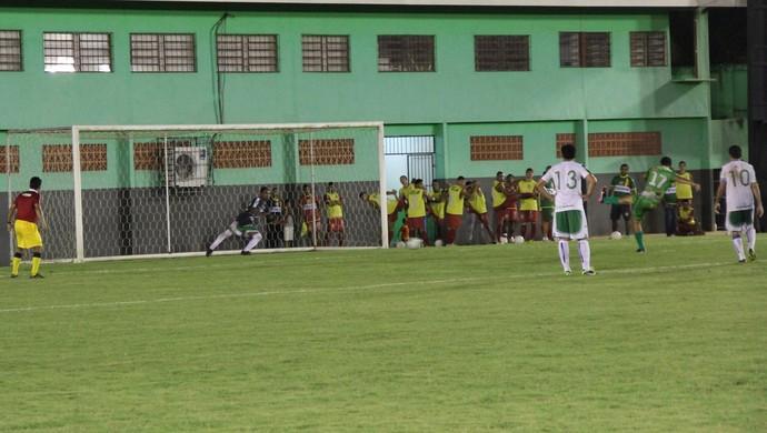Paulista desloca meia Rayson, improvisado no gol, na cobrança de pênalti e confirma primeira vitória do Alto Acre no estadual 2014 (Foto: Duaine Rodrigues)