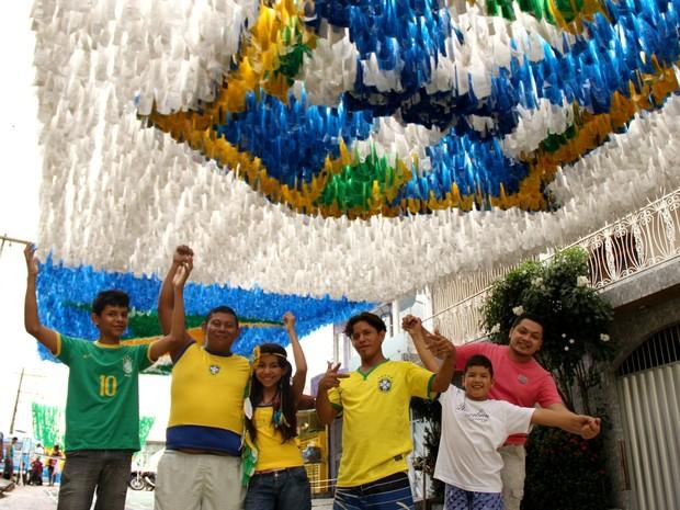 Moradores da rua comemoram finalização dos trabalhos de decoração para a Copa