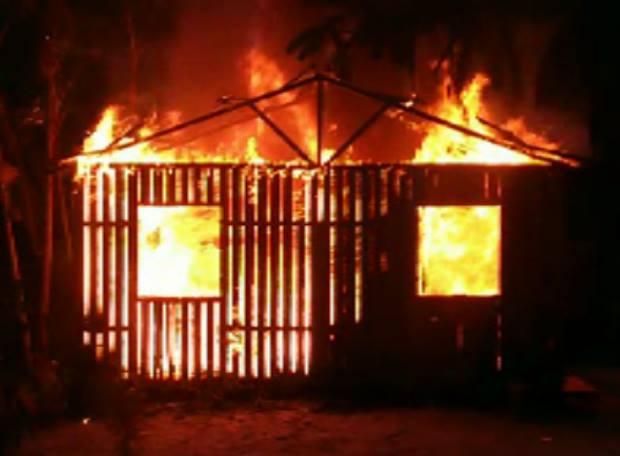 O fogo consumiu totalmente a casa em construída em madeira: (Foto: Internauta)