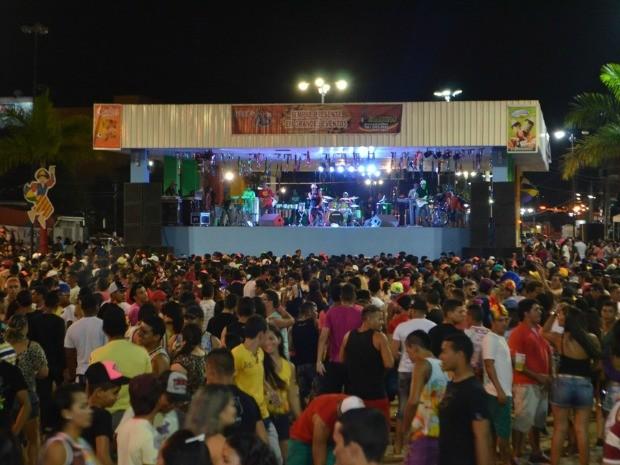 Mais de 12 mil pessoas participaram da primeira noite de carnaval em Cruzeiro do Sul, segundo organização (Foto: Vanísia Nery/G1)