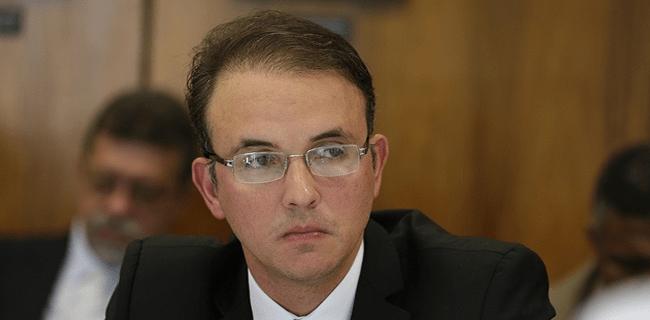 """Léo de Brito: """"Vamos apurar a corrupção na Petrobras"""