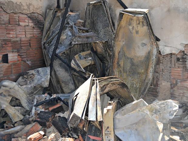 Mais de 200 caixões foram destruídos durante incêndio (Foto: Aline Nascimento/G1)