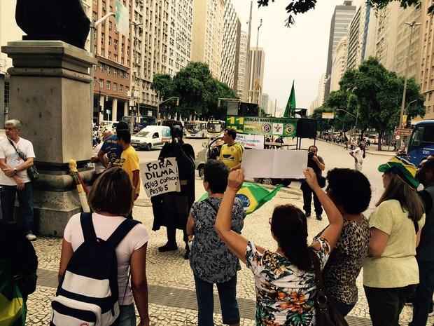 Batman partipa de ato contra Dilma