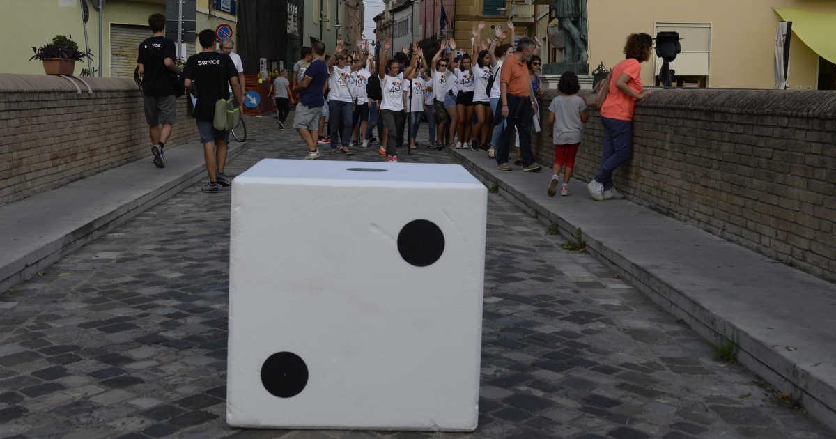 I partecipanti al flash mob giocano con un dado gigante sul ponte romano