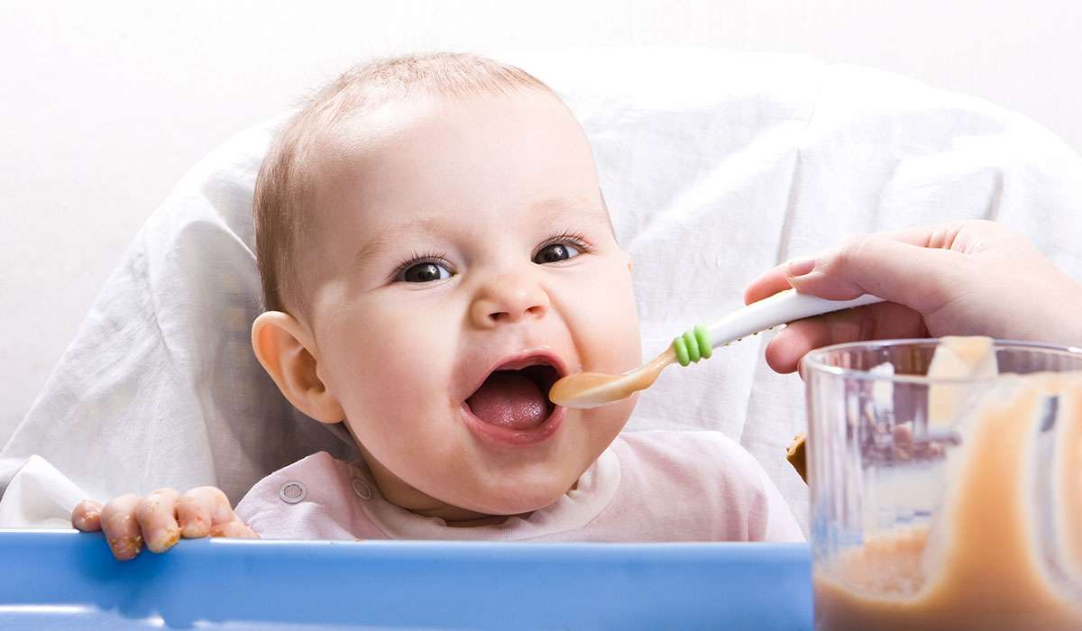 طعام الطفل في الشهر الرابع بالصور