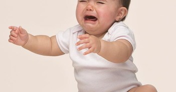 فطام الطفل معركة تخوضها الام بمفردها