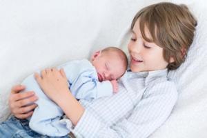 نصائح لكي تهيئي طفلك لإستقبال المولود الجديد