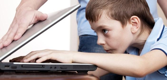 كيف تجنبي طفلك مخاطر الألعاب الألكترونية وتعلقه بها؟