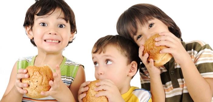 5 حيل لتجعلي طفلك يبتعد عن الوجبات السريعة