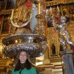 Eu com o altar ao fundo todo folhado de prata