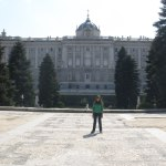 Eu minúscula com o palácio ao fundo, possui 2árvores estilo pinheiro do lado direito e 2 do esquerdo, bem altas