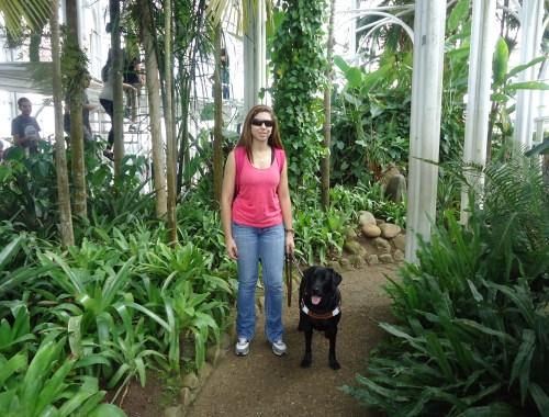 Estou com a Hilary em frente a estufa do Jardim Botânico