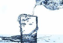 Wasserglas mit zu viel Wasser
