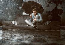 Überfluteter Raum mit Mann