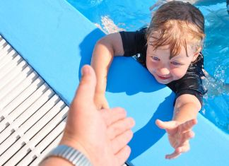 Junges Kind im Pool