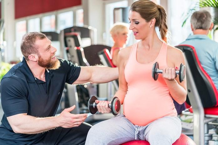 Eine Frau im Fitnessstudio während der Spätschwangerschaft