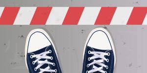 Zwei Schuhe an einer Grenze