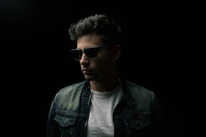 Cooler Herr mit Sonnenbrille
