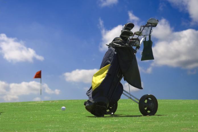 Golftrolley auf Golfplatz